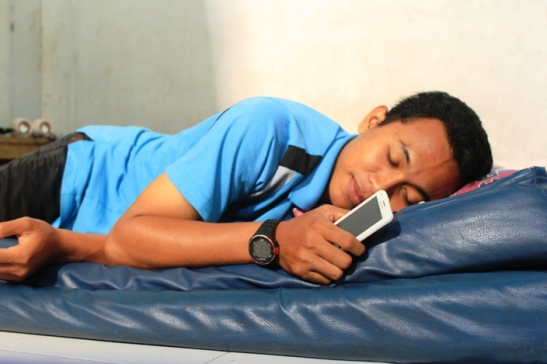 bahaya tidur dekat smartphone catatan imanku